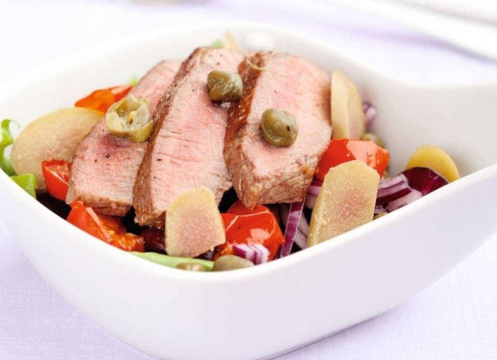 Warm salad with beef, beans, and baked tomatoes