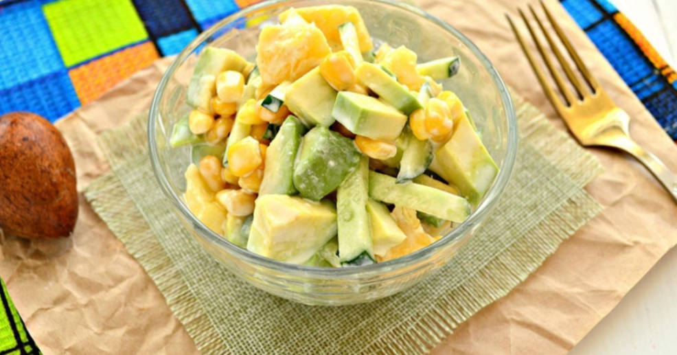 Quick salad with avocado and pineapple