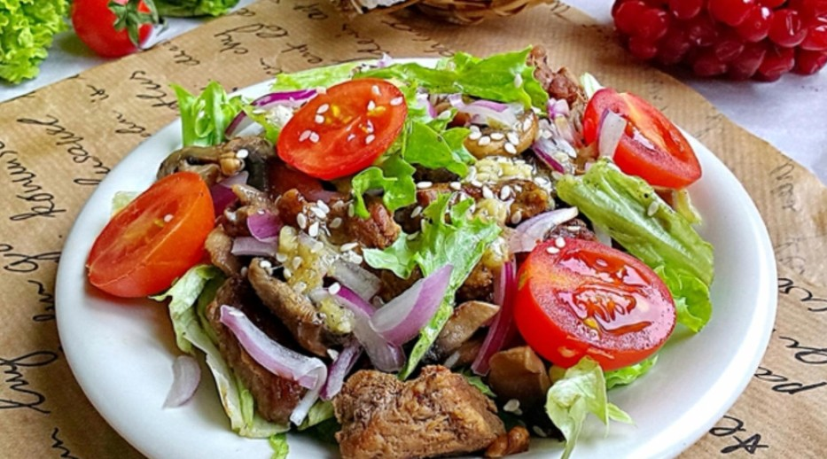 Warm beef salad with spicy sauce